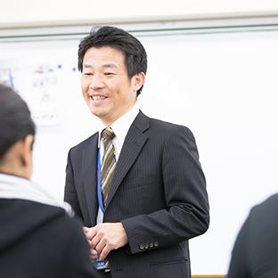 """<p class=""""name"""">専任講師 犬飼 英男</p><br />"""